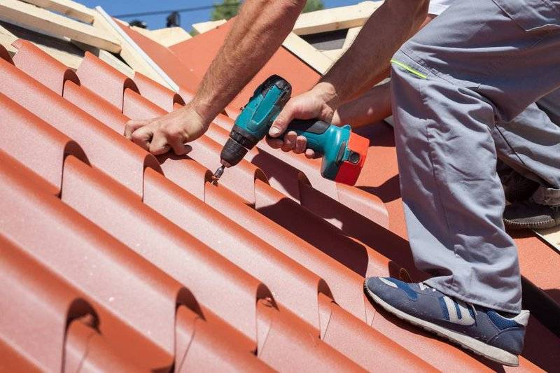 builder-working-with-roofing