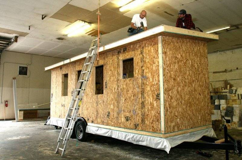 setting structural insulated roof panels for a tiny home
